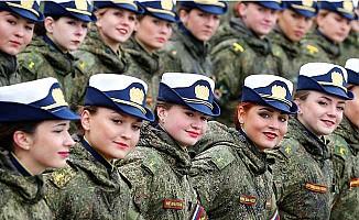 Ruslar 7'den 70'e 'Zafer Yürüyüşü'nde
