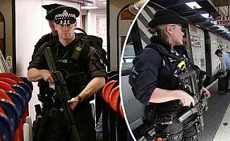 Silahlı polisler trenlerde görevde
