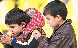 Akıllı cihazlar çocuklarda kamburluğa neden oluyor