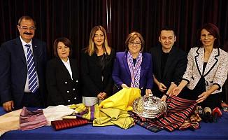 Gaziantep'in kutnu kumaşı Londra Moda Haftası'nda tanıtıldı