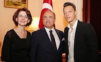 Cumhuriyet Bayramı resepsiyonunda Mesut Özil'e yoğun ilgi