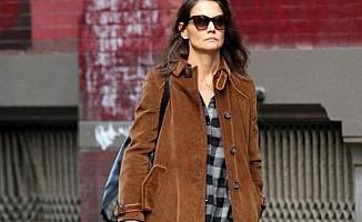 Ünlü oyuncu Kate Holmes, metroda halkın arasında