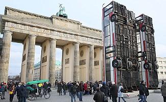 Berlin'in orta yerine otobüs barikatı!