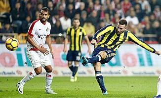 Fenerbahçe, Antalya'da tek golle 3 puanı aldı