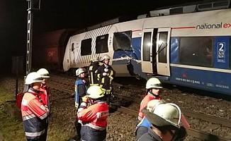 Yolcu treni ile yük treni çarpıştı, çok sayıda yaralı var