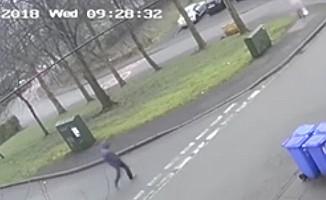 İngiltere'de küçük kızı sokak ortasında taciz eden bu sapığı arıyor!