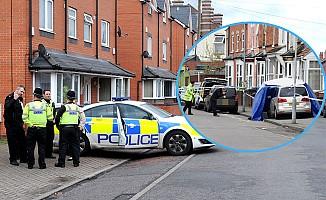 İngiltere'de bir araç cami önündeki yayalara çarpıp kaçtı