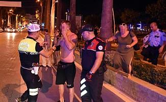 İngiliz çift ile Türk yolcu birbirine girdi