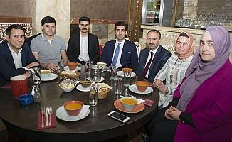 İngiltere'deki Burslu Öğrenciler,  Londra'da İftar Yemeğinde Buluştu