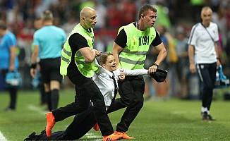 Dünya Kupası finalinde sahaya taraftarlar atladı