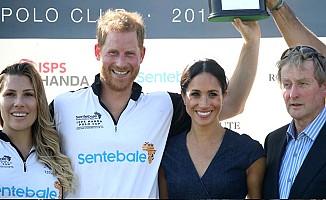 Meghan Markle ve Prens Harry 'Kurallara' İnat Öpüştü