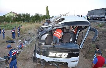 Yolcu otobüsü şarampole devrildi 6 ölü