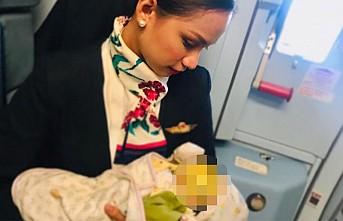 Yolcu annenin sütü bitince, bebeği uçağın hostesi emzirdi