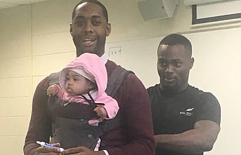 Derste öğrencisinin bebeğini taşıyan öğretmenin fotoğrafı viral oldu