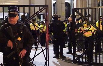 Londra Polisinden Camiye Gece Yarısı Operasyonu!