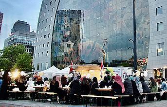 Hollanda'da üniversitelilerden şehir merkezinde sokak iftarı
