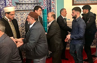 Büyükelçi Yalçın vatandaşlarla namaz kılıp, bayramlaştı