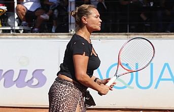 Hülya Avşar tenis turnuvasına leopar desenli eteğiyle çıktı
