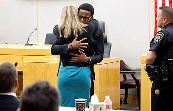Abisini öldüren polise mahkemede sarılıp ağladı