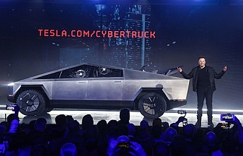 Elon Musk sahnede zor anlar yaşadı, yeni aracın camları tanıtımda kırıldı
