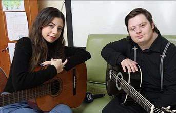 Sesiyle büyüleyen Down sendromlu Umut, Murat Boz'a seslendi
