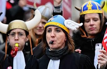 Fransa'da avukatlar emeklilik reformuna karşı sokakta