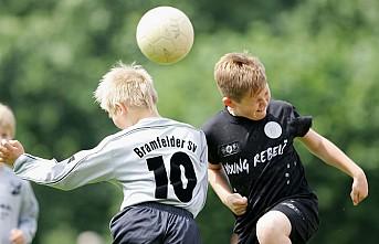 Futbolda 12 yaşından küçük çocuklara kafa vurma yasağı