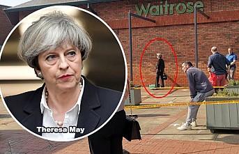 Eski İngiltere Başbakanı Theresa Alış-Veriş Kuyruğunda