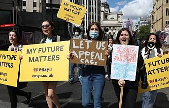 Londra'da Öğrenciler Sınav Sistemini Protesto Etti