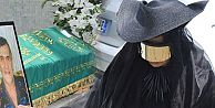 Bülent Ersoy cenazeye neden o kıyafetle gitmiş?