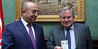 Çavuşoğlundan İngiliz siyasetçiye Türkiye nüfus cüzdanı