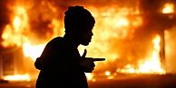 Fergusonda protestolar büyüyor, araçlar ateşe verildi
