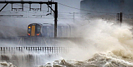 Fırtına İngiltere'de hayatı felç etti