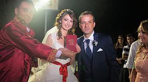 İrlandalı Louisa köy düğünüyle evlendi
