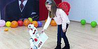İstanbulda bir kolejde karneleri robot dağıttı