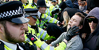 Muhafazakar Parti'yi protesto edenler polisle çatıştı