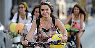 Süslü kadınlardan bisiklet turu