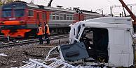 Trenin biçtiği bu TIRdan, şoför sağ kurtuldu