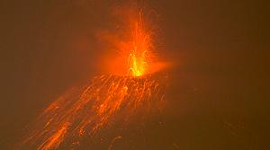 Tungurahua yanardağı 10 kilometreye kül püskürttü