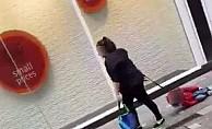 İngiltere'de kadının çocuğu iple sürükleme görüntüsüne büyük tepki