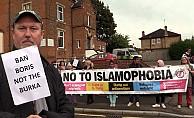 Boris Johnson'a seçim bölgesinde 'peçe' protestosu