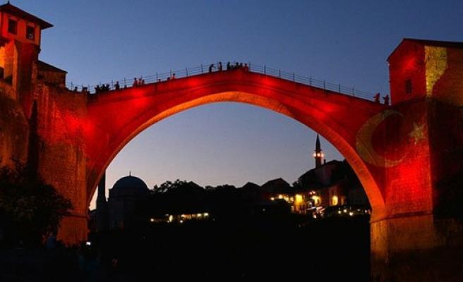 Mostar Köprüsü kırmızı beyaz renklere büründü