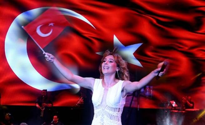 Funda Arar'dan, dev bayrak altında konser