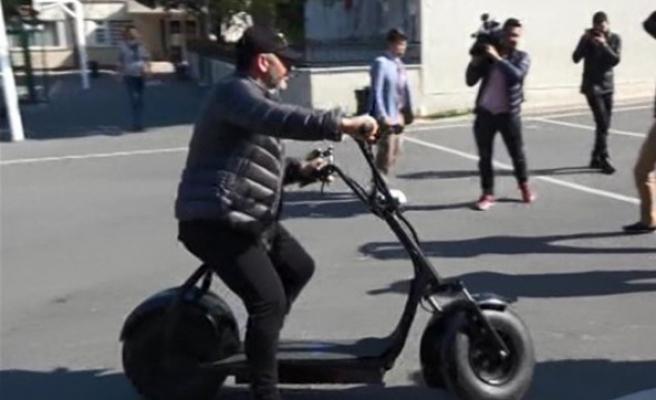Cem Yılmaz oy vermeye elektrikli bisikletle geldi