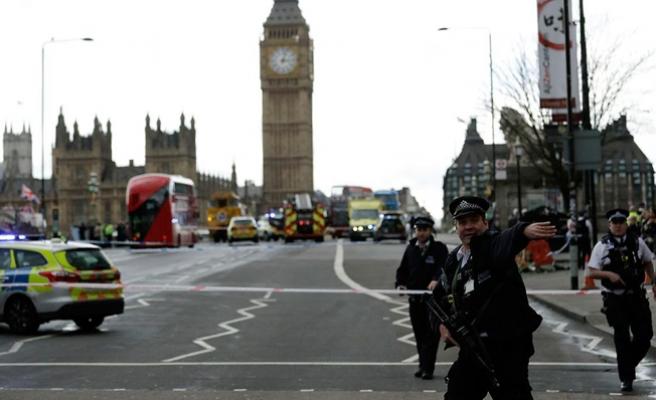 Londra'da silah sesleri! Parlamento kapatıldı