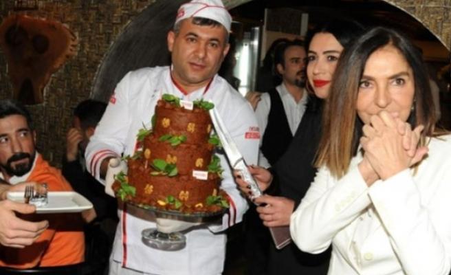 İbrahim Tatlıses, Derya Tuna'ya çiğköfte pasta gönderdi