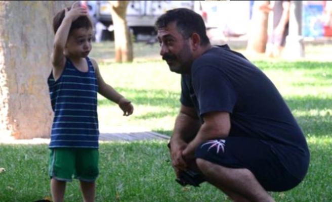 Cem Yılmaz, Defne Samyeli ile oğlu Kemal'i tanıştırdı
