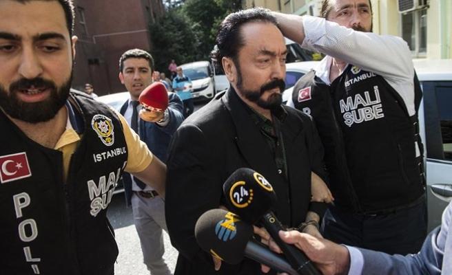 Adnan Oktar'ın evinde yapılan aramada yüzlerce silah ele geçirildi