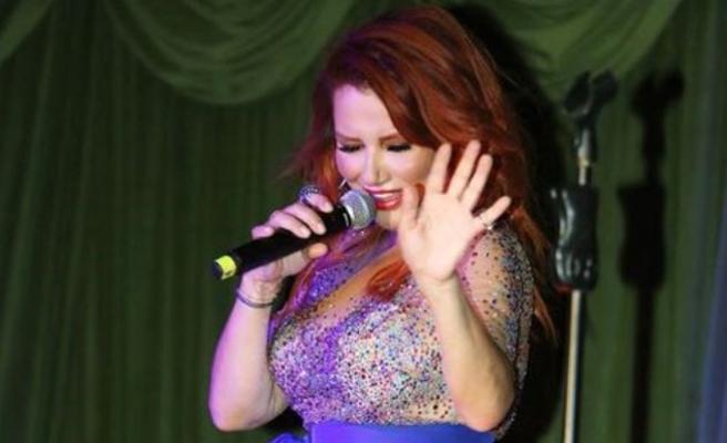 Ünlü Şarkıcı Deniz Seki, sahnede fırtına gibi esti