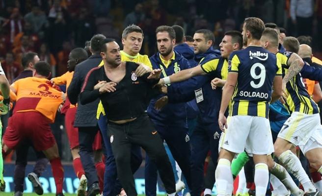 Derbi maçı sonrası saha karıştı, kavga çıktı